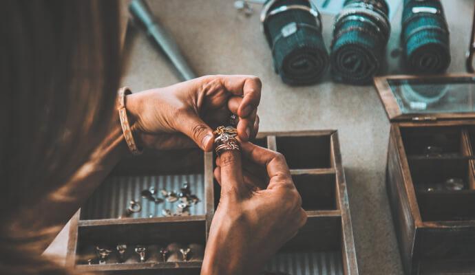 Pomysły na prezent dla NIEJ - stojak na biżuterię