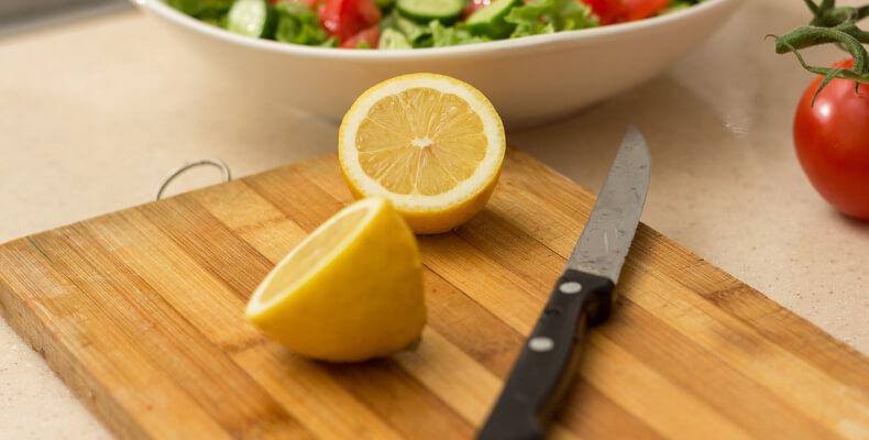 mycie deski do krojenia za pomocą cytryny