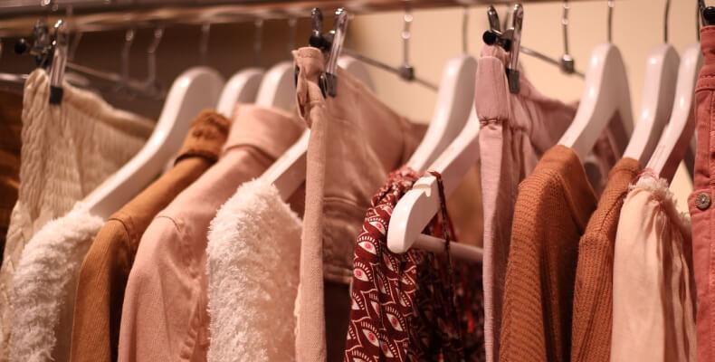 Jak wprowadzić minimalizm w szafie?