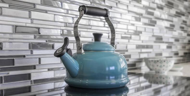 Domowe sposoby na odkamienianie czajnika