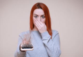 Wypadające włosy - dlaczego włosy wypadają