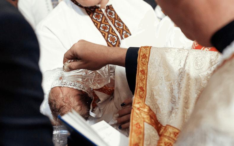 Dlaczego jest ważna szatka i świeca na chrzest